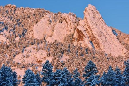 Photo pour Paysage hivernal des Flatirons au lever du soleil, Montagnes Rocheuses, Boulder, Colorado, USA - image libre de droit