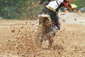 Schlamm-Trümmer fliegen aus einem Motocross-Rennen