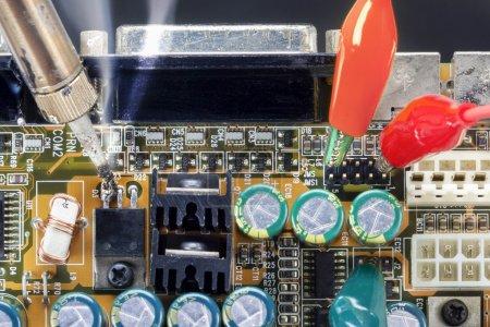 Photo pour Souder le fer et les essais de vérification des circuits électroniques - image libre de droit