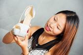 Dívka má boty v rukou