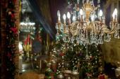 Zdobená zlatými lustry vánoční zdobené domácí interiér