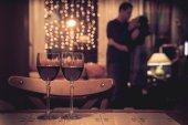 Dvojice sklenice červeného vína a lidského páru zázemí