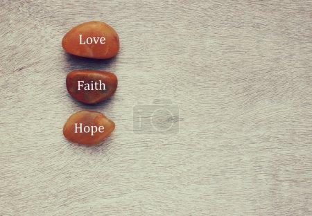 Photo pour Des pierres de rivière avec des mots écrits dessus. amour, et concept de famille - image libre de droit