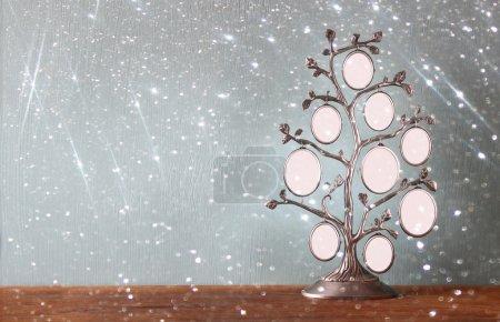 Photo pour Image de cadre antique vintage classique de l'arbre généalogique sur table en bois et fond de lumières à paillettes. image filtrée - image libre de droit