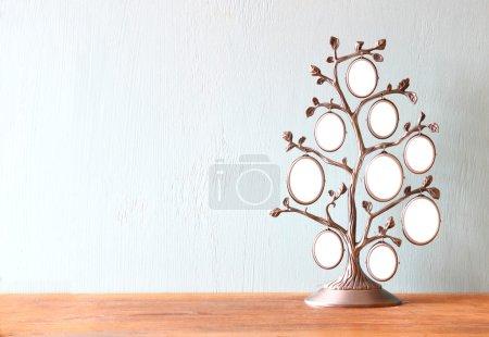 Photo pour Image de cadre antique vintage classique de l'arbre généalogique sur table en bois - image libre de droit