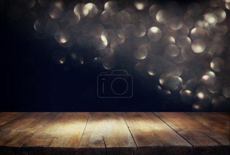 Photo pour Planche en bois et fond sombre bokeh. prêt pour l'affichage de produit - image libre de droit