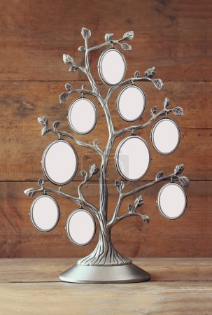 Photo pour Image du vintage antique cadre classique de l'arbre généalogique sur table en bois. - image libre de droit