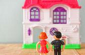 Koncept obraz mladého páru nového domu. malé plastové hračky panenky (samec a samice), selektivní zaměření