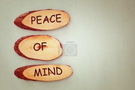 Photo pour Image vue de dessus des panneaux en bois avec l'esprit tranquille texte. - image libre de droit