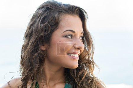 Photo pour Portrait de jeune jolie femme souriant en été - image libre de droit