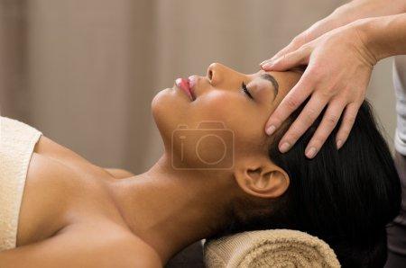Photo pour Gros plan de jeune femme recevant tête massages au spa - image libre de droit
