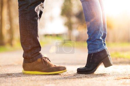 Photo pour Photo rapprochée des pieds de la femme debout sur la pointe des pieds avec l'homme - image libre de droit