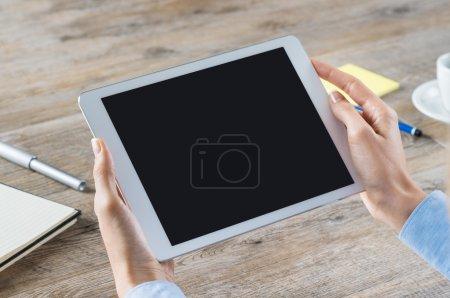 Empresaria sosteniendo tableta digital