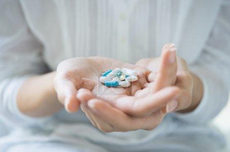 Photo pour Gros plan d'une femme tenant diverses pilules à portée de main . - image libre de droit