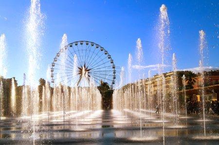 Photo pour Vue sur les jets d'eau de la ville de Nice (Côte d'Azur) pendant les vacances de Noël.La grande roue est à l'arrière-plan . - image libre de droit