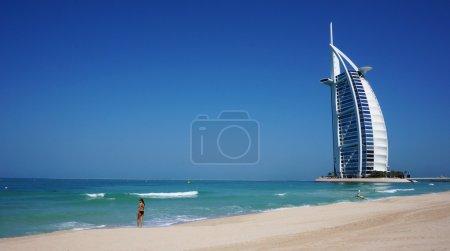 Photo pour Vue de l'hôtel Burj Al Arab depuis la plage de Jumeirah. Burj Al Arab est l'un des monuments de Dubaï et l'un des hôtels les plus luxueux au monde avec 7 étoiles - image libre de droit