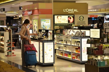 Passengers do some shopping before take off in Changi Airport
