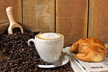 Photo pour Cappuccino, brioches et journal avec fond - nature morte - image libre de droit