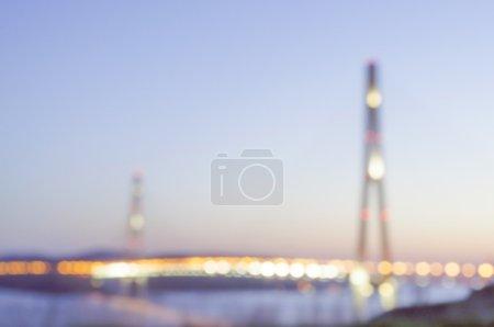 Photo pour Nuit vue floue avec des lampadaires, ciel lunaire et pont de baie sur Vladivostok île russe - image libre de droit