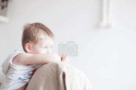 Photo pour Petit garçon de 4 ans se sent triste - image libre de droit