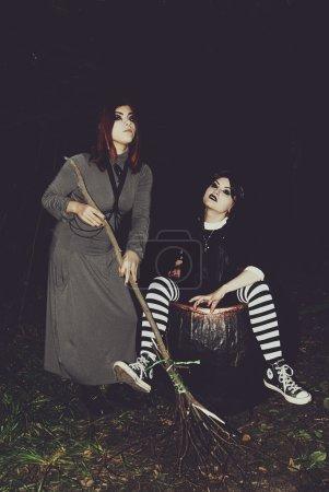 Photo pour Halloween, vacances, la sorcière pour jouer l'imbécile, représentation, théâtre, acteur, acteurs - image libre de droit