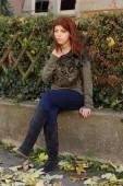 Dívka s červenými vlasy na podzim