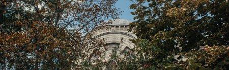 Photo pour Vue en angle bas de la façade de la mosquée islamique Mihrimah Sultan à Istanbul, Turquie, bannière - image libre de droit