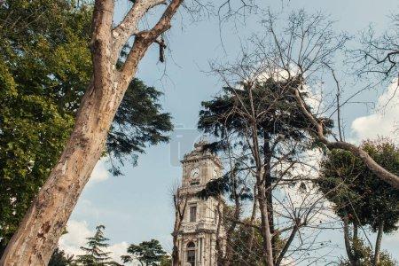 Uhrturm des Dolmabahce-Palastes auf der Straße in Istanbul, Türkei