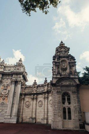 Photo pour Entrée et porte du palais Dolmabahce, Istanbul, Turquie - image libre de droit