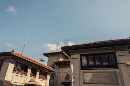 Photo pour Mosaïque sur les façades des bâtiments avec ciel à l'arrière-plan à Istanbul, Turquie - image libre de droit