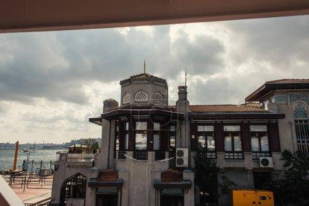 Photo pour Bâtiment sur la côte près de la mer avec ciel à l'arrière-plan, Istanbul, Turquie - image libre de droit