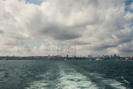 Blick vom Meer auf Küste von Istanbul mit bewölktem Himmel im Hintergrund, Türkei