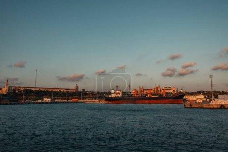 Statek towarowy zacumowany w porcie w Stambule, Turcja