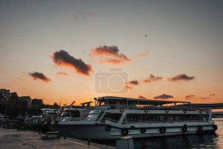 Photo pour Navires amarrés près du remblai pendant le coucher du soleil, Istanbul, Turquie - image libre de droit