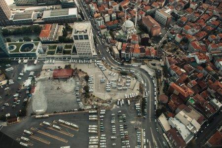 Luftaufnahme von Autos und Häusern auf der Straße von Istanbul, Türkei