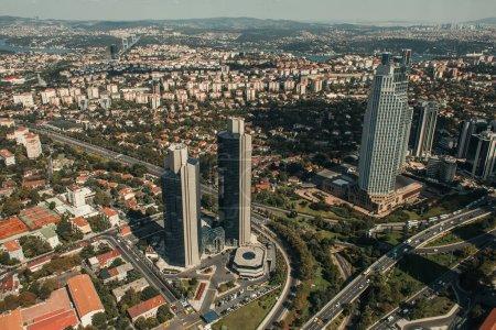 Photo pour Vue aérienne des rues avec des gratte-ciel et des bâtiments modernes - image libre de droit