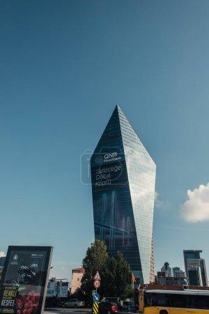 Photo pour ISTANBUL, TURQUIE - 12 NOVEMBRE 2020 : véhicules dans la rue près d'un immeuble multiétages de haute technologie - image libre de droit