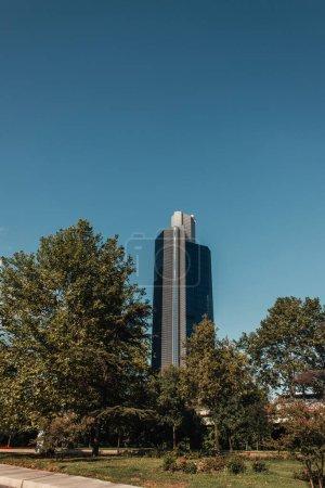 Photo pour Immeuble contemporain de plusieurs étages près d'arbres verts à Istanbul, Turquie - image libre de droit