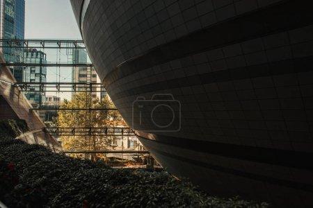 Photo pour Construction sphérique et bâtiment moderne - image libre de droit