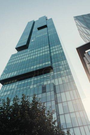Blick auf High-Tech-Hochhäuser vor wolkenlosem Himmel in Istanbul, Türkei