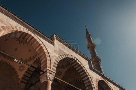 Foto de Vista en ángulo bajo de los arcos decorados de la mezquita Mihrimah Sultan, Estambul, Turquía - Imagen libre de derechos