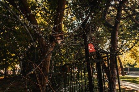 cerca de alambre bardeado y bandera turca en el parque de Estambul, Turquía
