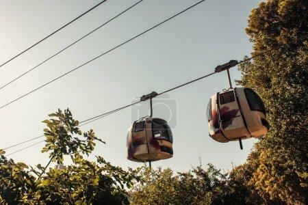Photo pour Téléphérique près des arbres verts, Istanbul, Turquie - image libre de droit