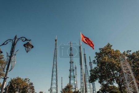 Photo pour Drapeau turc et lanterne forgée près des tours de télévision - image libre de droit
