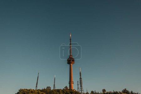 Photo pour Tours de télévision et de radio contre ciel sans nuages - image libre de droit