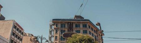 Photo pour Lanternes forgées près de maison contemporaine, bannière - image libre de droit