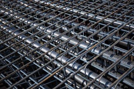 Photo pour Renfort de béton armé avec des câbles tendus dans la superstructure du pont. - image libre de droit