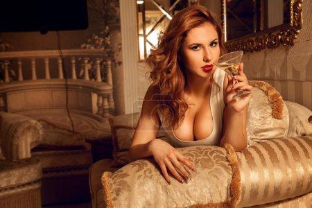 Photo pour Portrait de jeune femme brune sexuelle avec verre de martini. Femme séduisante. Femme sexuelle. le concept de séduction, de plaisir et de désir - image libre de droit
