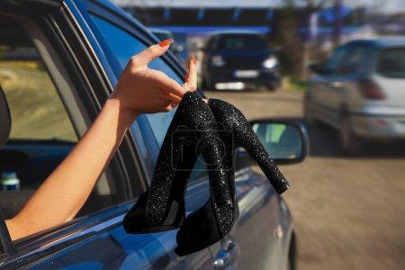 Photo pour Femmes noires chaussures à la mode à la main en été - image libre de droit