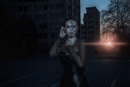 Photo pour Gardien du temps au coucher du soleil près du bâtiment détruit. Image dramatique . - image libre de droit